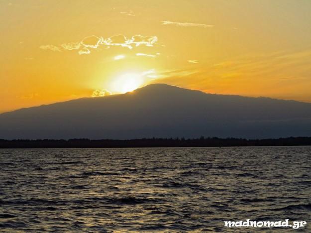 Ο ήλιος βασιλεύει πίσω απ' το Όρος Καμερούν (4.095 μ.), το ψηλότερο βουνό της Δυτικής Αφρικής.