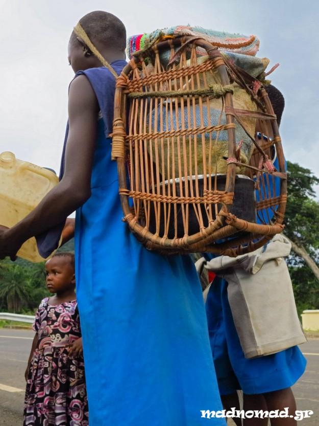 Οι τσάντες των μαθητών στην επαρχία είναι φτιαγμένες από μπαμπού και τις στηρίζουν στο μέτωπο.