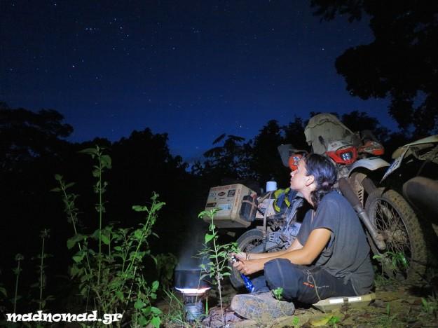 Μαγειρεύοντας κάτω από τον έναστρο ουρανό της ζούγκλας...