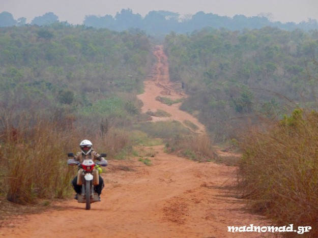 That's how the longest part of the route between Kinshasa and Lubumbashi is: hundreds of kilometers on dirt roads and trails in what has been left from the jungle...