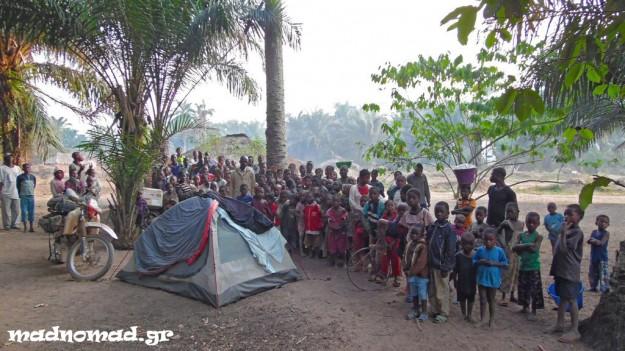 Στην Επαρχία Kasai-Occidental πολλές φορές δε βρίσκαμε χώρο για ελεύθερη κατασκήνωση, οπότε αναγκαζόμασταν να κατασκηνώνουμε σε χωριά, όπου συγκεντρώνονταν γύρω μας όλοι οι χωρικοί!