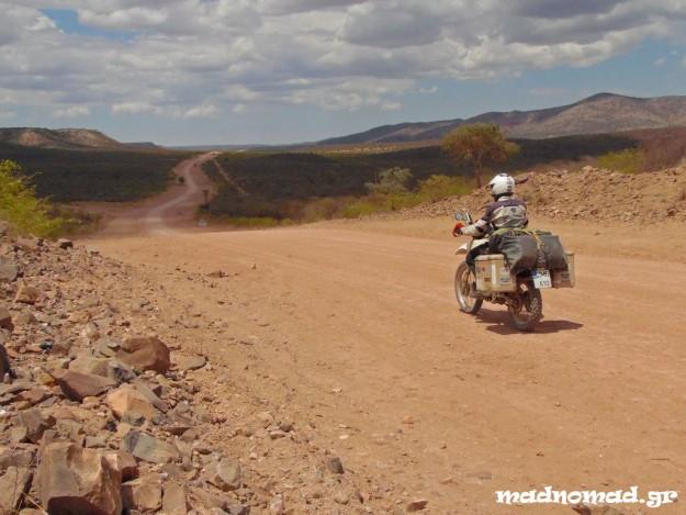 Το οδικό δίκτυο της χώρας αποτελείται από 5.450 χιλιόμετρα ασφαλτοστρωμένων δρόμων και 37.000 χιλιόμετρα χωματόδρομων! Τα νούμερα ήταν πολλά υποσχόμενα για 'μένα!
