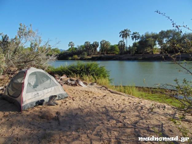 Κατασκήνωση δίπλα στον ποταμό που χωρίζει τη Ναμίμπια απ' την Αγκόλα...