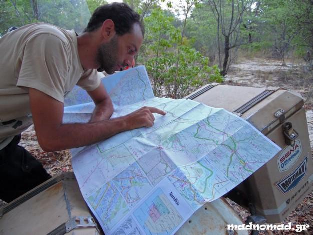 Σχεδιάζοντας στο χάρτη τη διαδρομή μου για να μην πατήσω άσφαλτο...