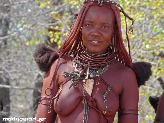Οι Himba ξεχωρίζουν με την εμφάνισή τους. Αλείφονται μ' ένα μίγμα λάσπης, στάχτης και βουτύρου από την κορφή μέχρι τα νύχια!