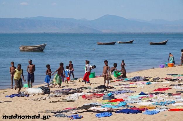 Η ζωή επικεντρώνεται γύρω από τη Λίμνη Μαλάουι... Λούσιμο, πλύσιμο, παιχνίδι και ψάρεμα, όλα γίνονται εκεί.