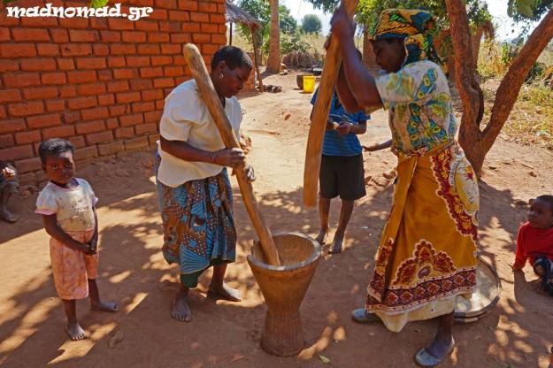 Μητέρα και κόρη είχαν συγχρονιστεί τέλεια για να χτυπούν το ρύζι μια η μια και μια η άλλη έτσι, ώστε να το ξεφλουδίσουν.