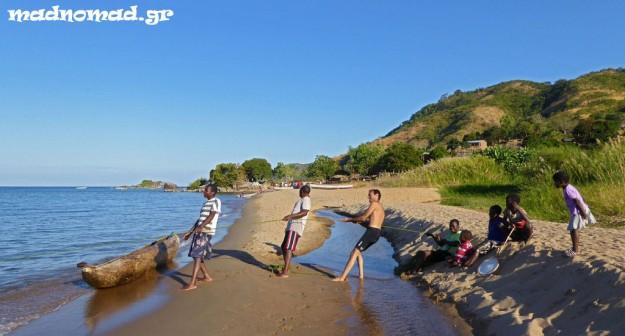 Βοηθώντας τους ντόπιους ψαράδες να τραβήξουν τα δίχτυα τους από το νερό στο απομακρυσμένο χωριό Kawanga!