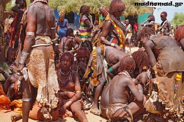 Μέλη της φυλής Χάμερ συγκεντρώνονται στο Turmi κάθε 'βδομάδα για να πουλήσουν τα λαχανικά τους, σιτηρά, καπνά, βαμβάκι ή ξυλεία.