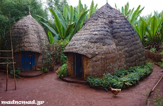 Οι καλύβες στην περιοχή του Dorze κατασκευάζονται κατά παράδοση από βέργες, πλεγμένο μπαμπού και φύλλα μπανανιάς.