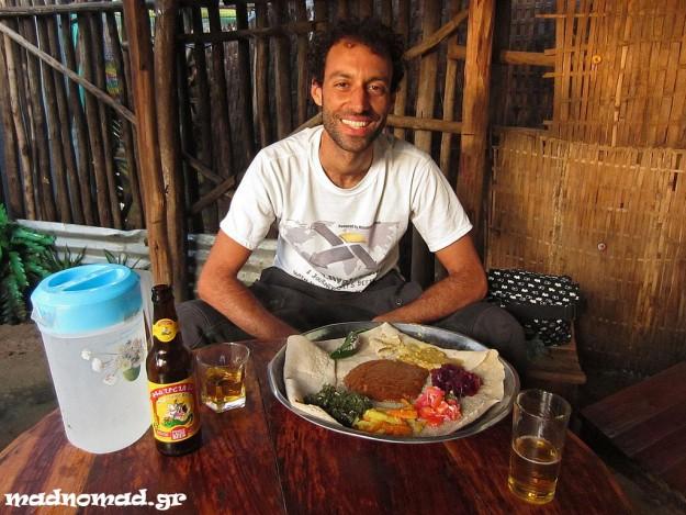 Η αιθιοπική κουζίνα είναι μοναδική! Βασίζεται στην ιντζέρα, ένα φύλλο ψωμιού που φτιάχνεται από τεφ και συνοδεύεται από κρέας (μερικές φορές ωμό!), φακές, ρεβίθια, πατάτες, λαχανικά ή σαλάτα.