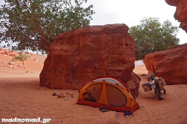 Είναι αξέχαστη εμπειρία να εξερευνά κανείς την Έρημο του Wadi Rum μ' ένα enduro και να κατασκηνώνει ελεύθερα στα φαράγγια της!