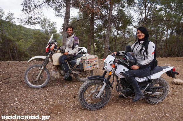 Η Στέλλα δανείστηκε μια Yamaha TW200 και χωθήκαμε στα δάση με τους ντόπιους μοτοσυκλετιστές που γνωρίσαμε!