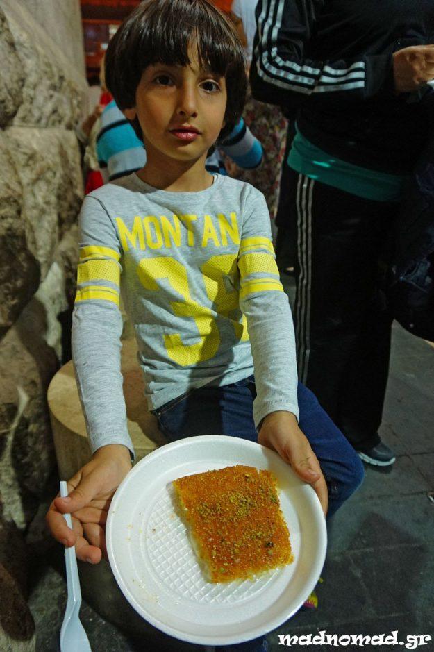 Τρώγοντας τον τελευταίο μου κιουνεφέ στην Ιορδανία με το μικρό μου φίλο... Μου λείπει ήδη!